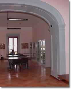 ampio salone con scrivanie e librerie