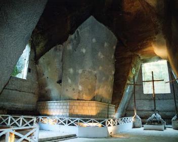 interno di un ampio antro con tre croci sula destra