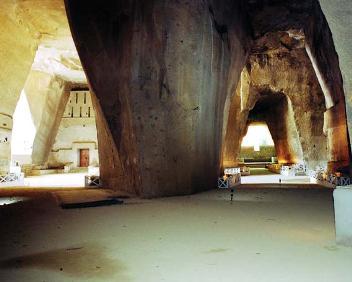 interno di un'ampia caverna