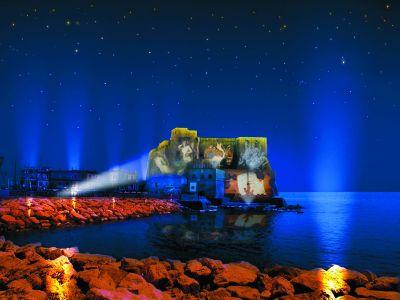 vista esterna del castello di notte