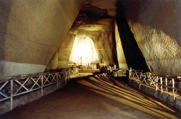 corridoio trasversale interno di una grande cavità