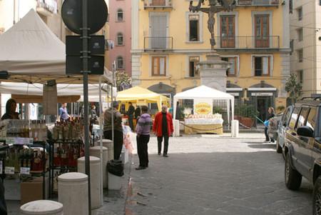 veduta della piazza con bancarelle