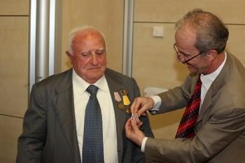 Roland Alikay premia Ettore Bonavolta che ha combattuto per la lotta di liberazione dell'Albania dal nazifascismo fino alla fine dell'occupazione nel '44