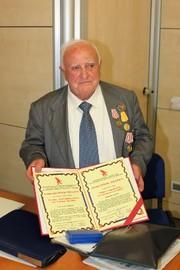 Ettore Bonavolta mostra le onorificenze ricevute