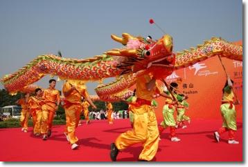 danzatori trascinano un dragone su un palco