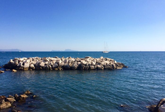 Scogli nel mare di Napoli