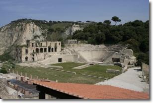 scavi archelogici dell'anfiteatro circondato da alberi