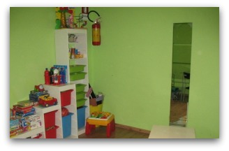 Una stanza giochi in un locale confiscato
