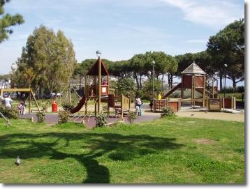 Un'area giochi in un parco pubblico
