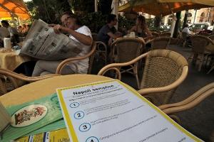Foto di un tavolino di un bar all'aperto