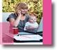 donna con bambino che scrive al pc