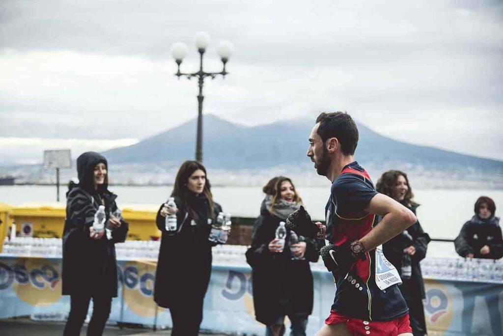 Foto di un maratoneta con il Vesuvio sullo sfondo