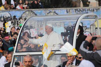 Papa Francesco sulla papamobile