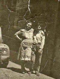 Una donna e un ragazzino in una foto d'epoca