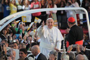 Papa Francesco saluta la folla in attesa