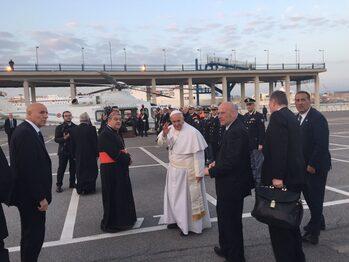 Papa Francesco in partenza con l'elicottero dalla stazione marittima