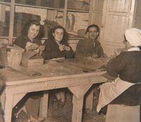 Foto d'epoca con 4 donne intente a lavorare